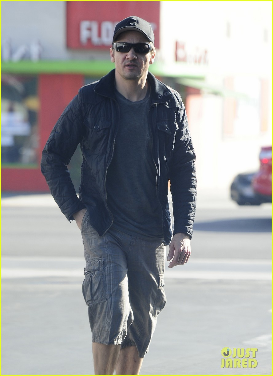 jeremy renner stays incognito in sunglasses for solo lunch 153044298
