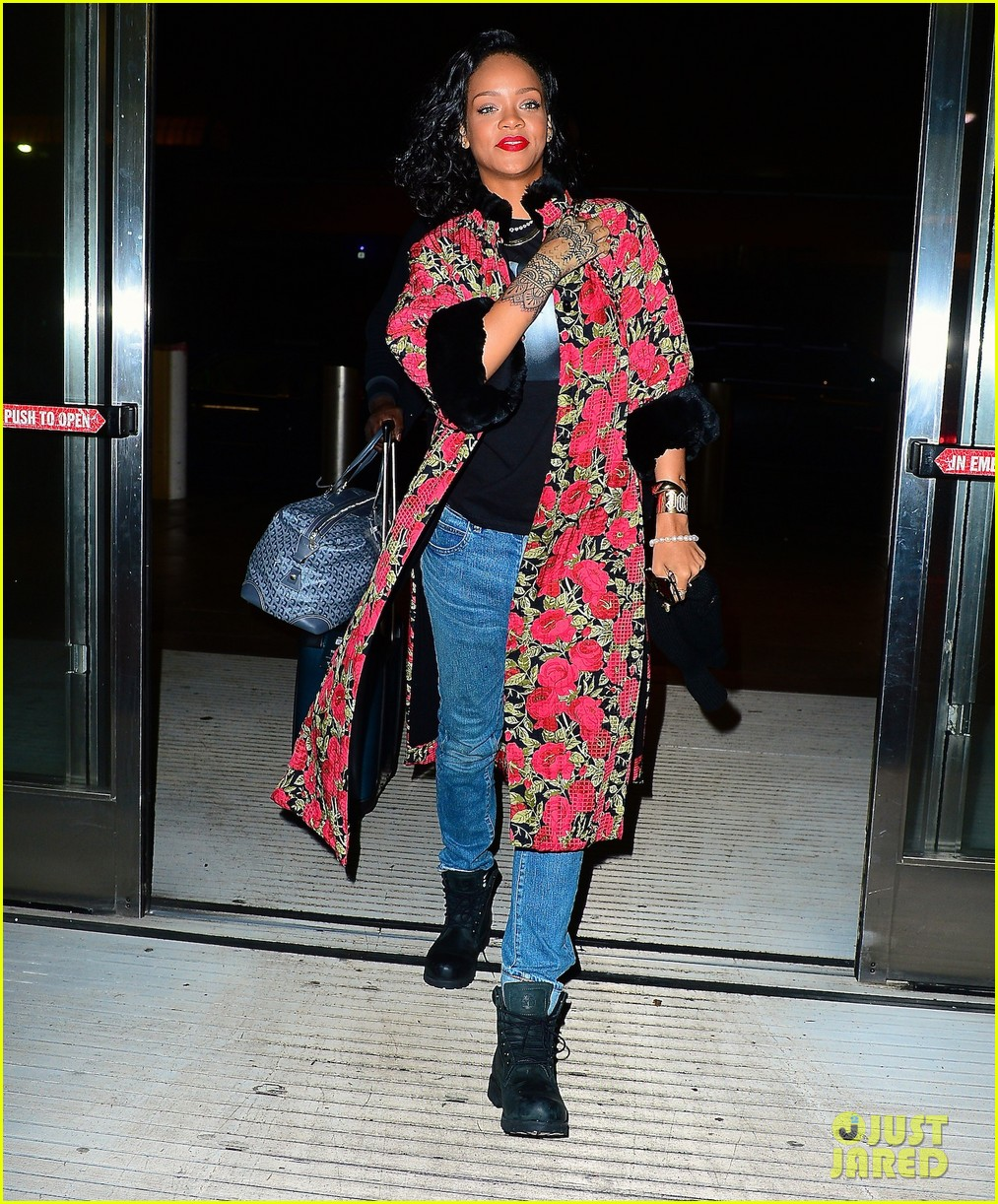 rihanna heads to brazil to meet up with shakira 023028893