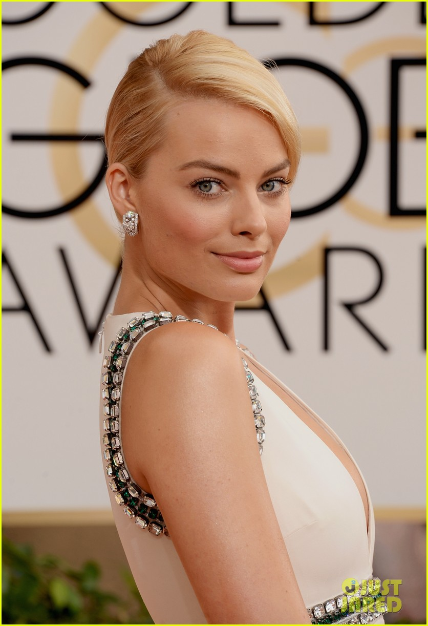 margot robbie golden globes 2014 red carpet 053029096