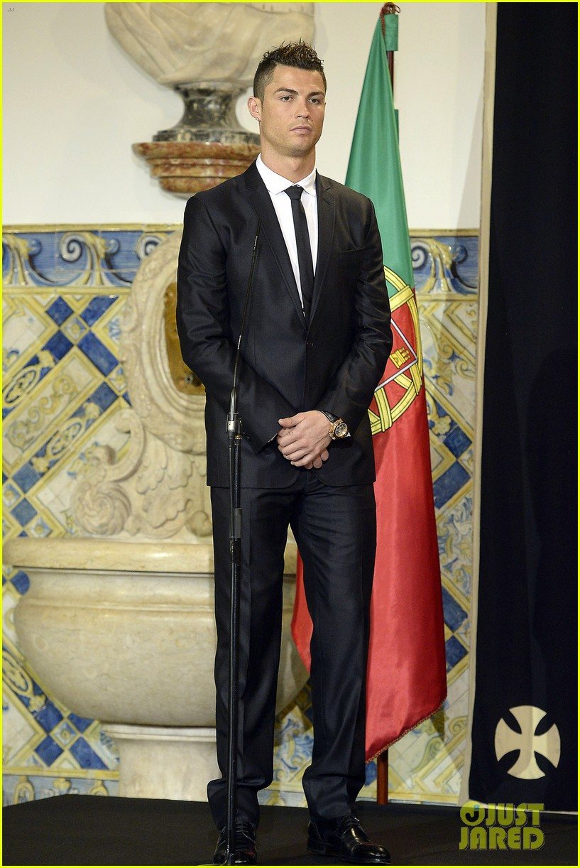 cristiano ronaldo receives a high individual order in portugal 033036754