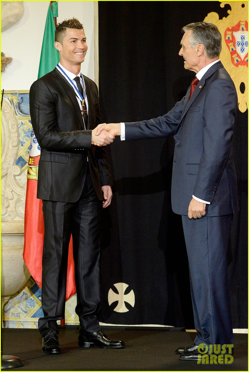 cristiano ronaldo receives a high individual order in portugal 053036756