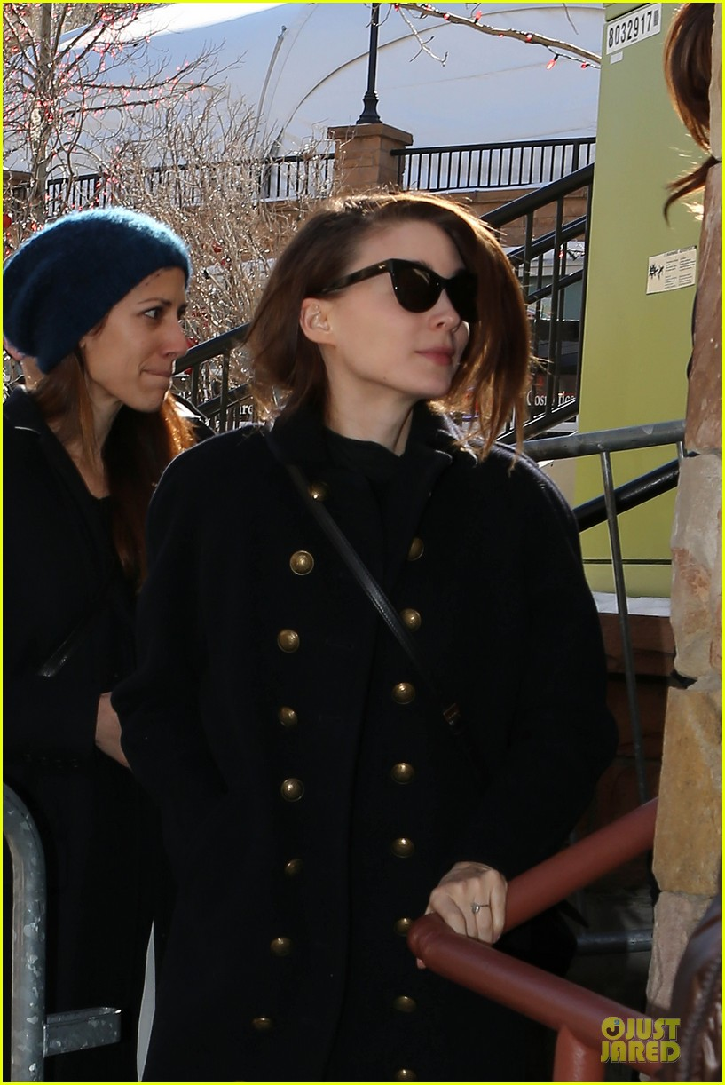 anne hathaway photobombs rooney mara at sundance 043037501
