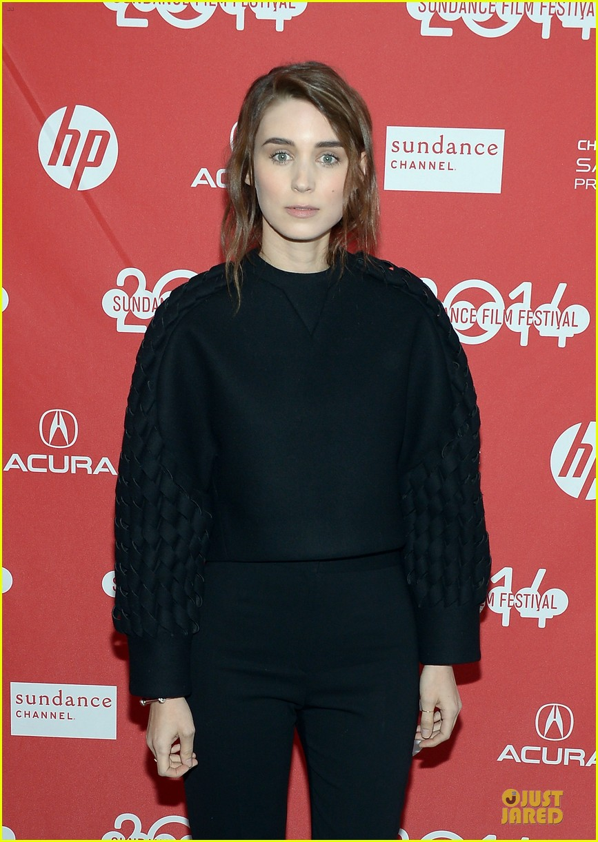 anne hathaway photobombs rooney mara at sundance 073037504