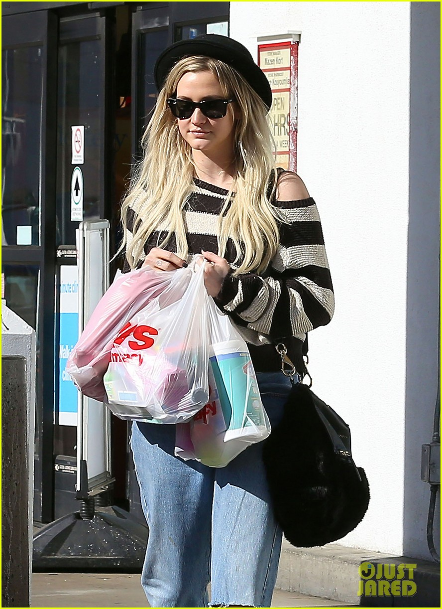 ashlee simpson begins new year with cvs pharmacy stop 02