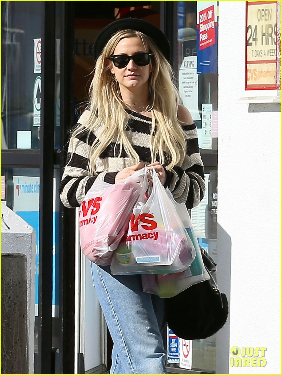 ashlee simpson begins new year with cvs pharmacy stop 043021921