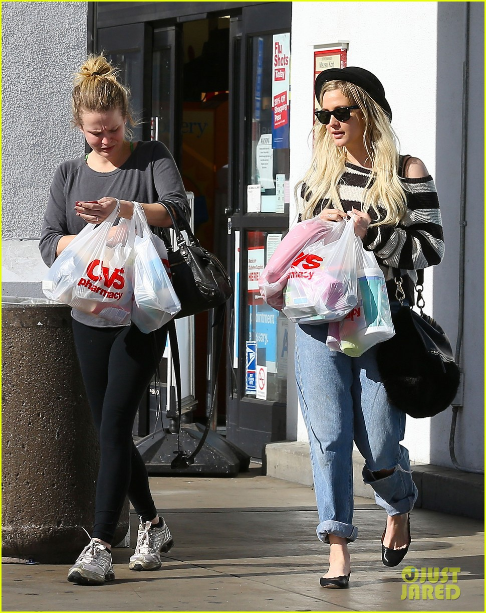 ashlee simpson begins new year with cvs pharmacy stop 09
