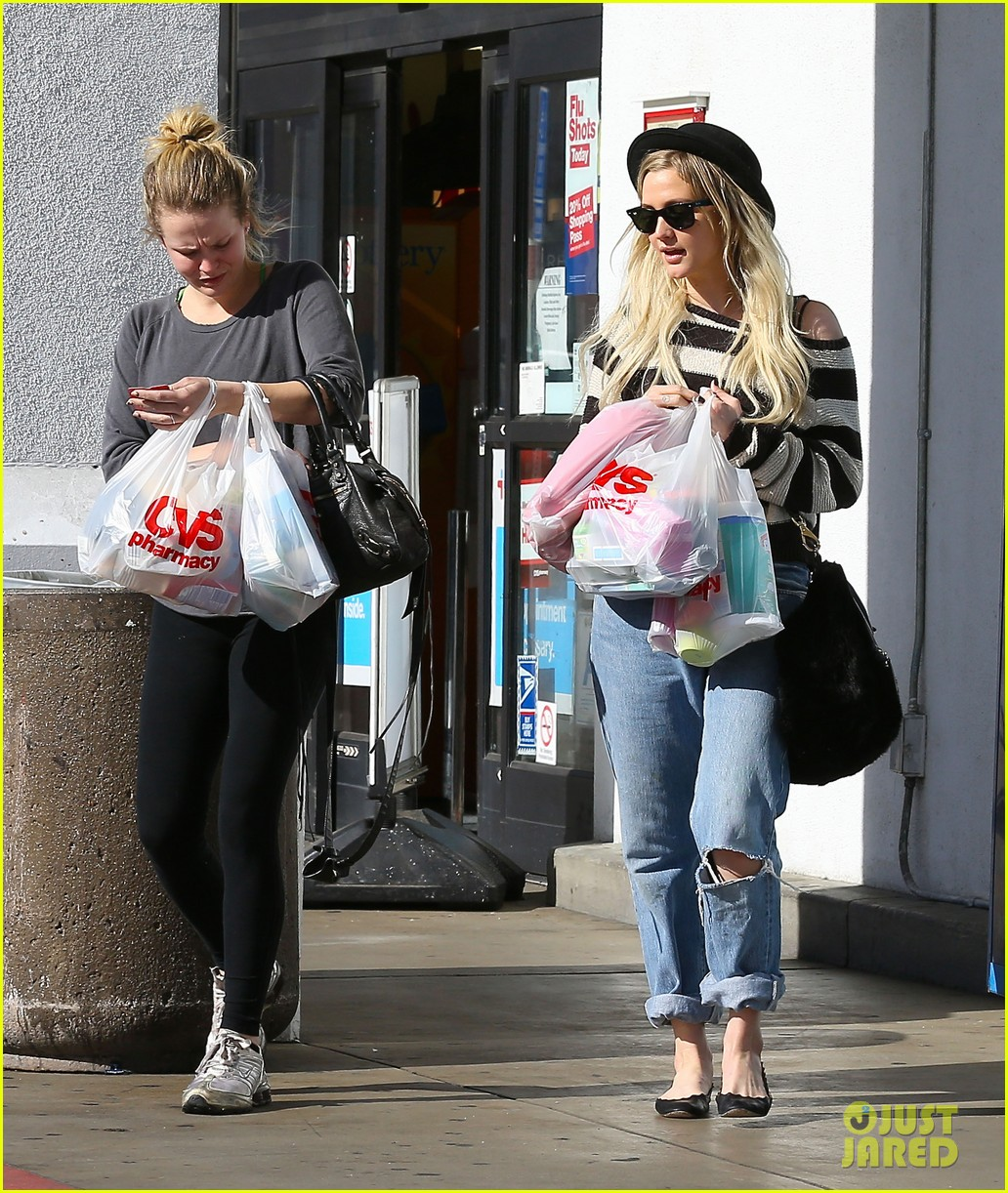 ashlee simpson begins new year with cvs pharmacy stop 103021927