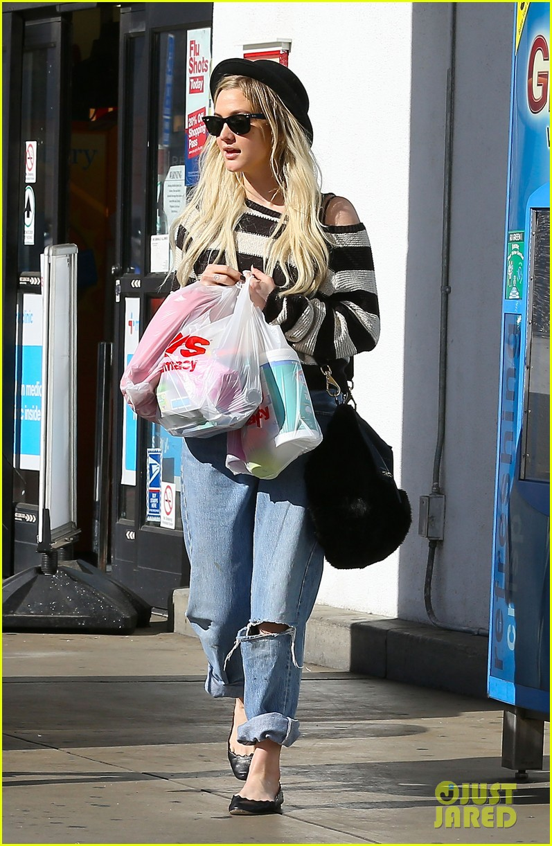 ashlee simpson begins new year with cvs pharmacy stop 113021928