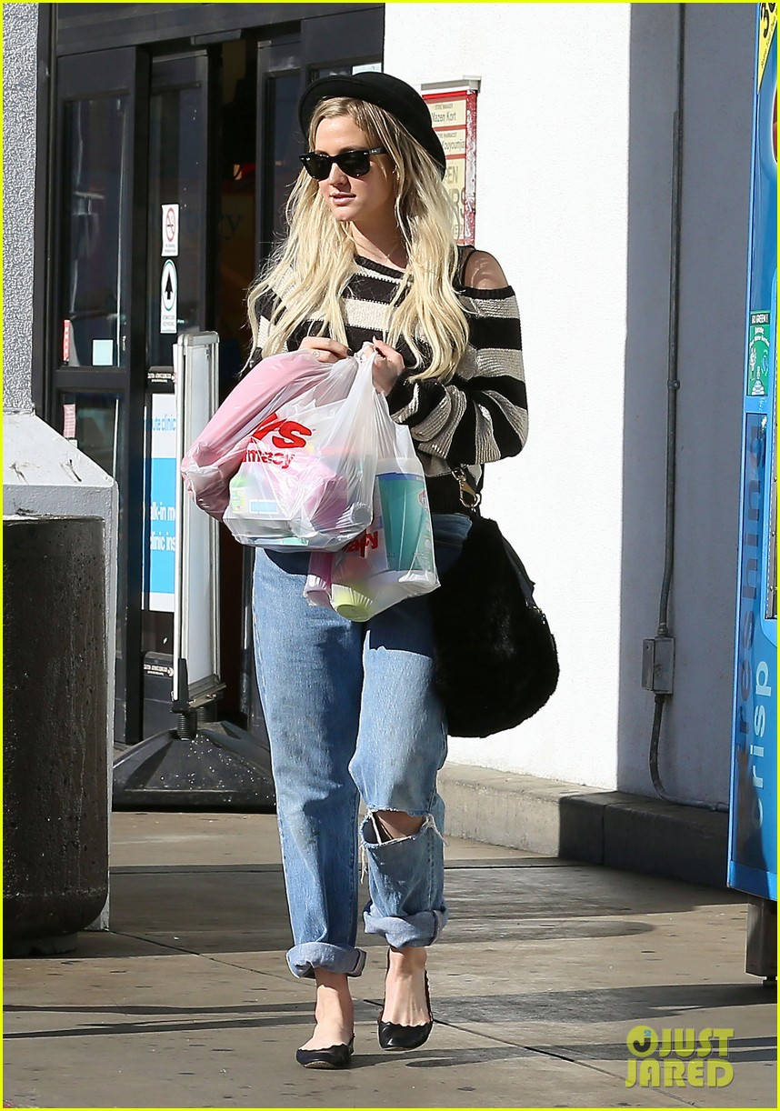 ashlee simpson begins new year with cvs pharmacy stop 123021929