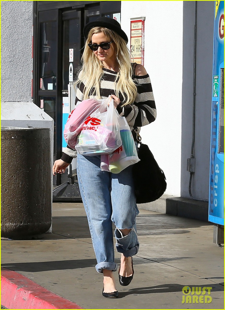 ashlee simpson begins new year with cvs pharmacy stop 143021931