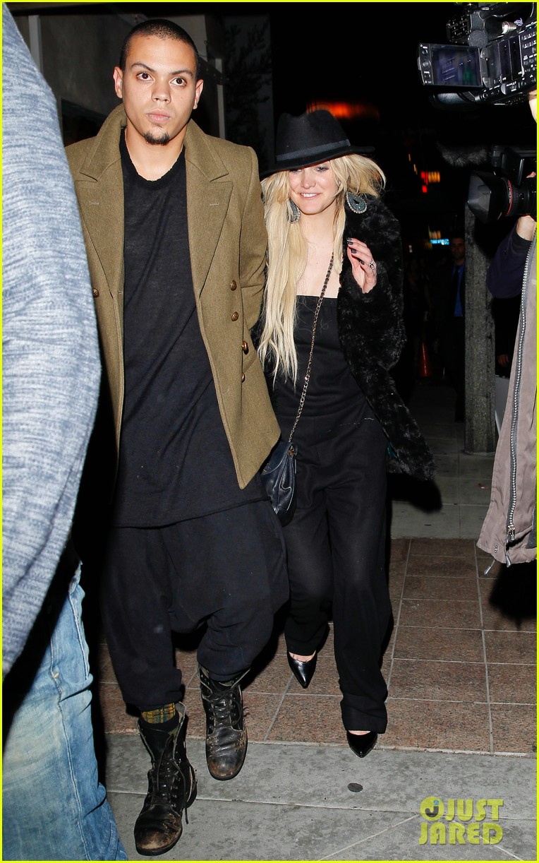 ashlee simpson evan ross dine party on saturday 053035719
