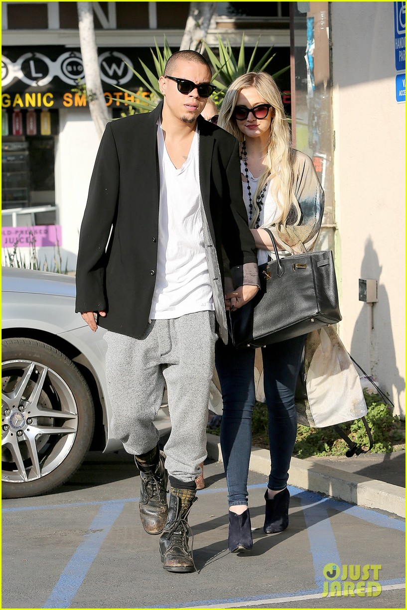 ashlee simpson evan ross spend wednesday shopping 05