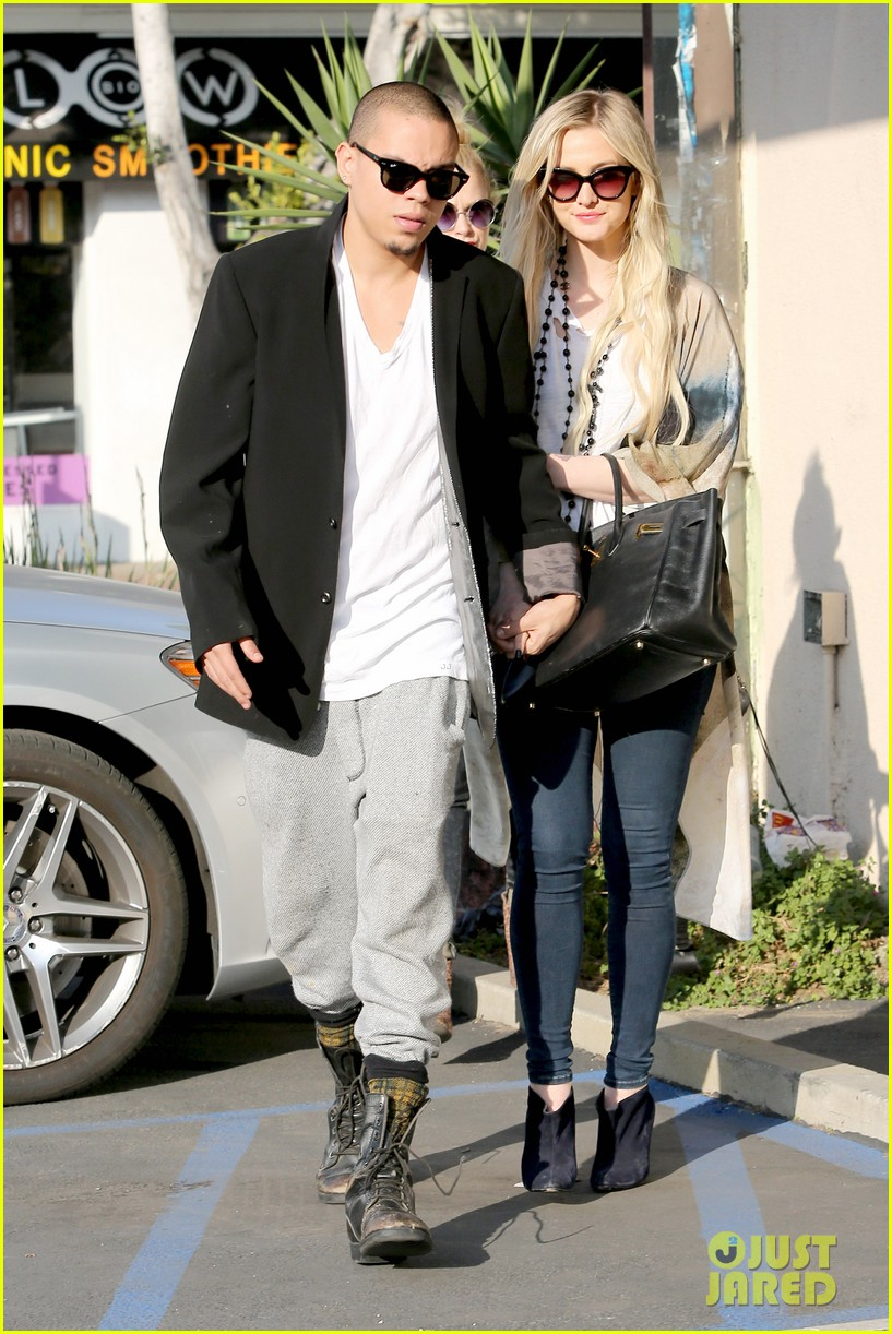 ashlee simpson evan ross spend wednesday shopping 073026198