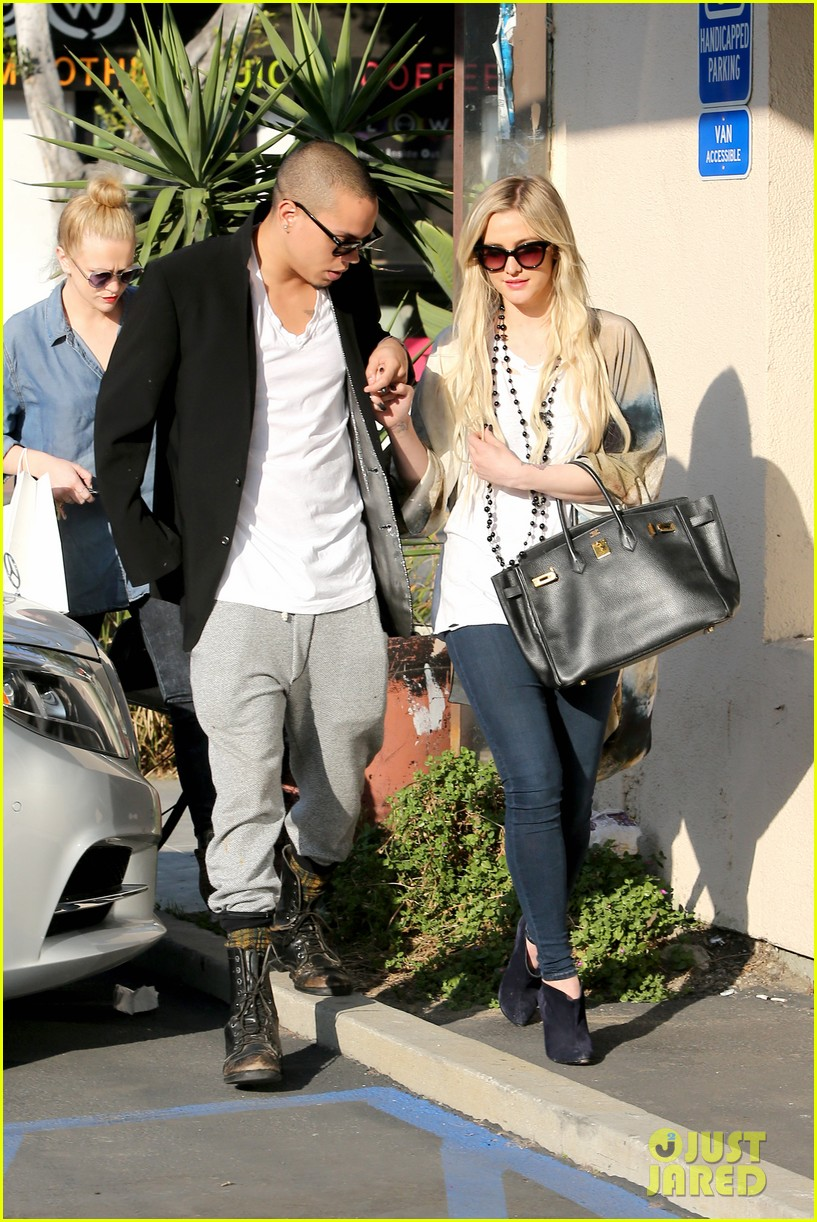 ashlee simpson evan ross spend wednesday shopping 133026204
