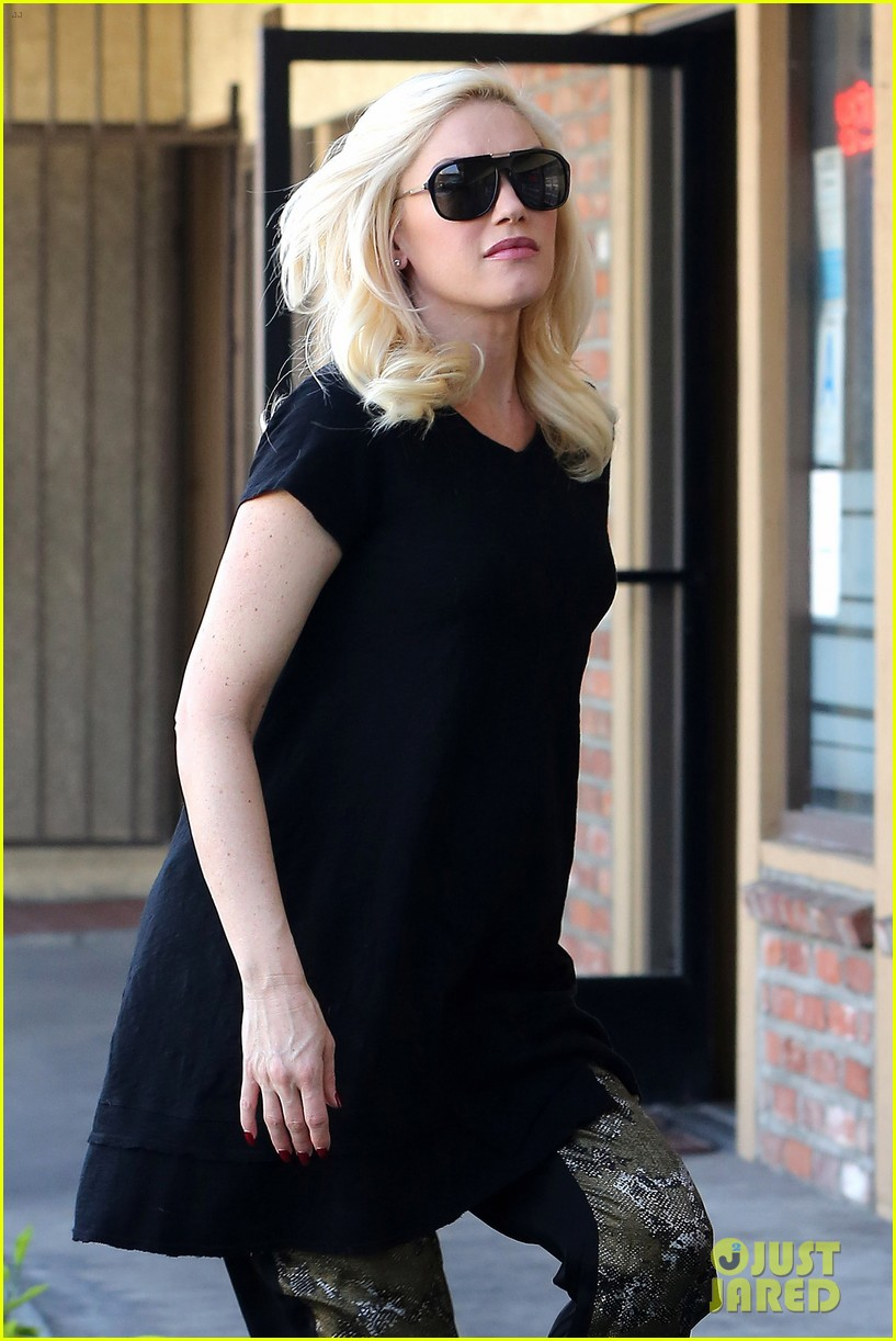 pregnant gwen stefani pampers herself with acupuncture session 043038992