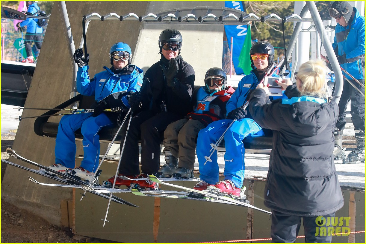 gwen stefani cheers on her boys while they go skiing 02