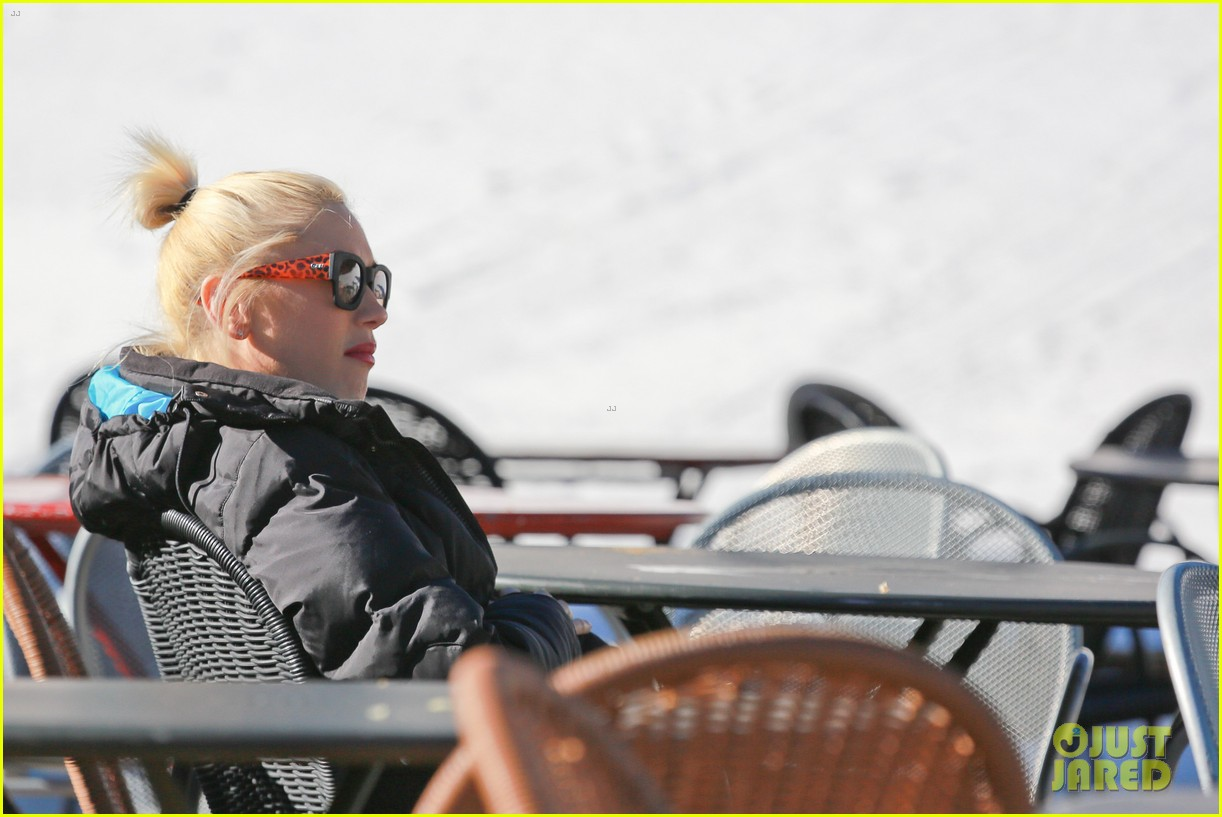 gwen stefani cheers on her boys while they go skiing 043021893