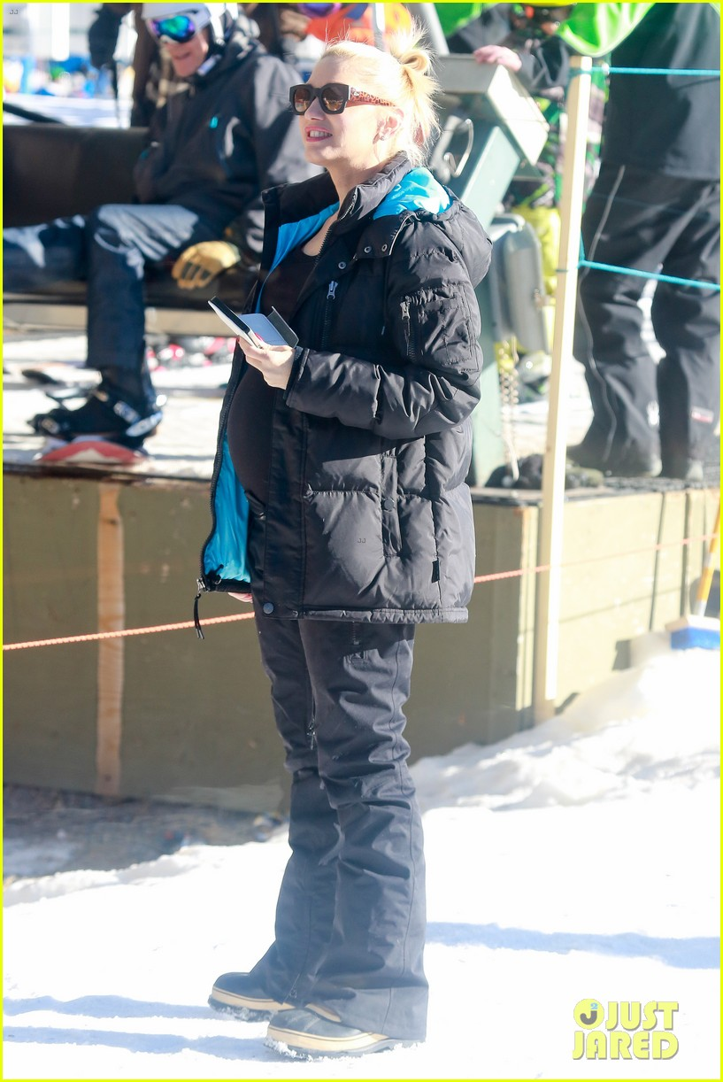gwen stefani cheers on her boys while they go skiing 073021896