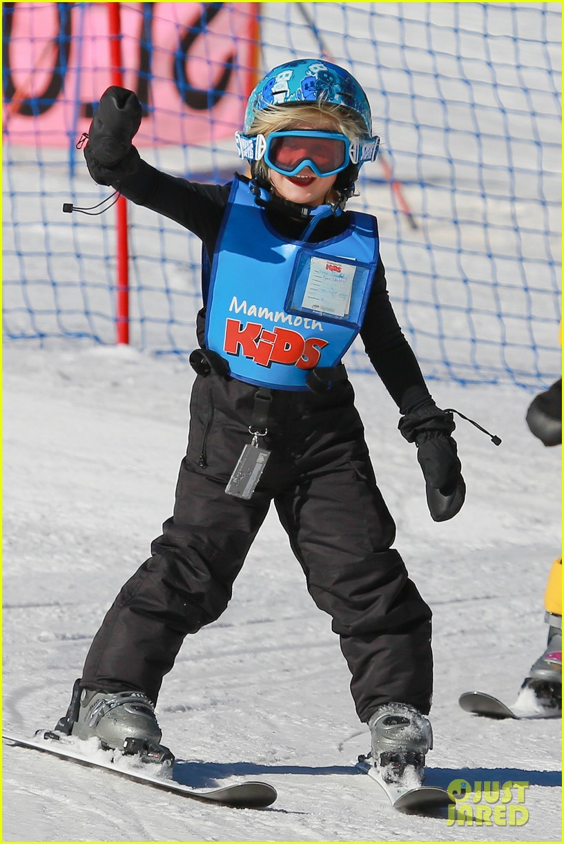 gwen stefani cheers on her boys while they go skiing 083021897