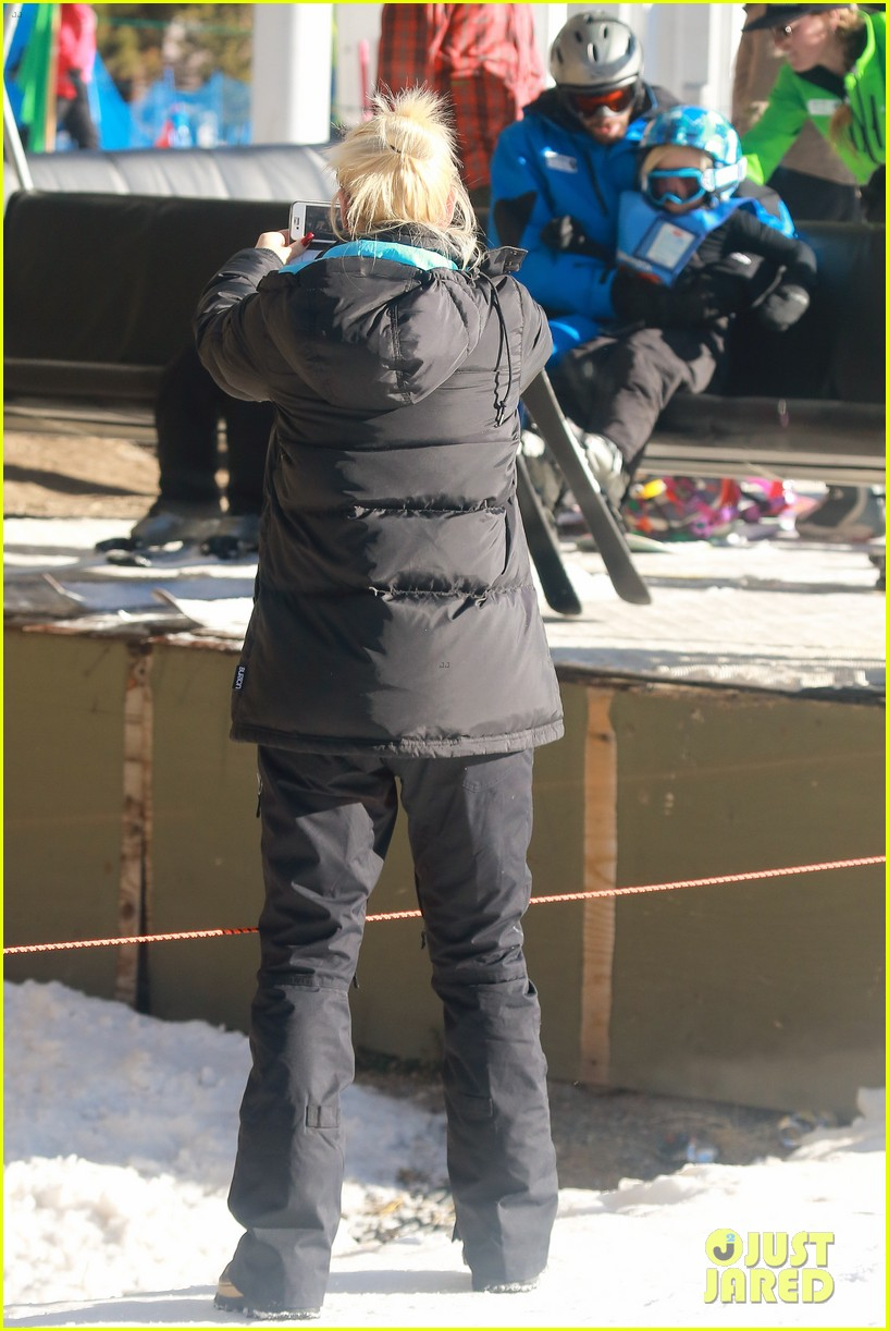 gwen stefani cheers on her boys while they go skiing 093021898