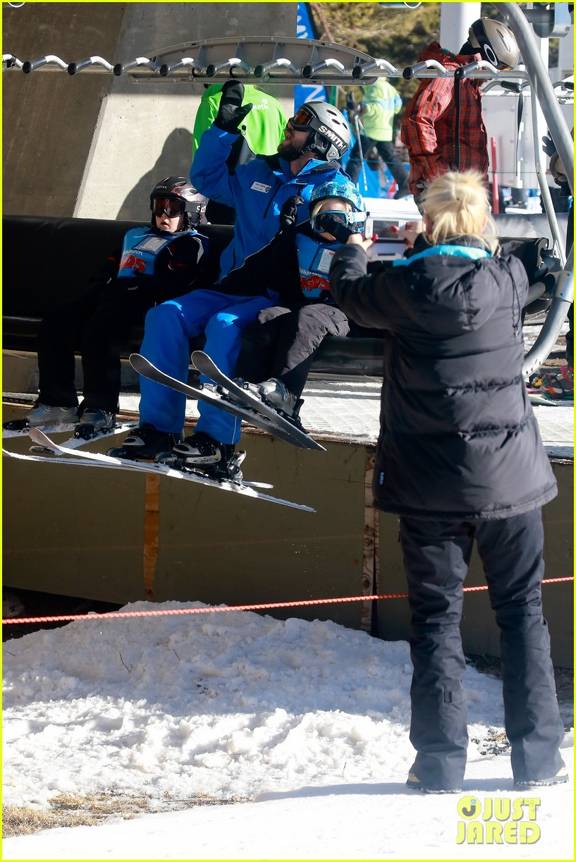 gwen stefani cheers on her boys while they go skiing 113021900