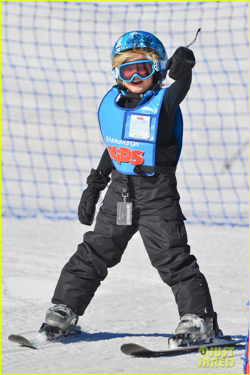 gwen stefani cheers on her boys while they go skiing 123021901
