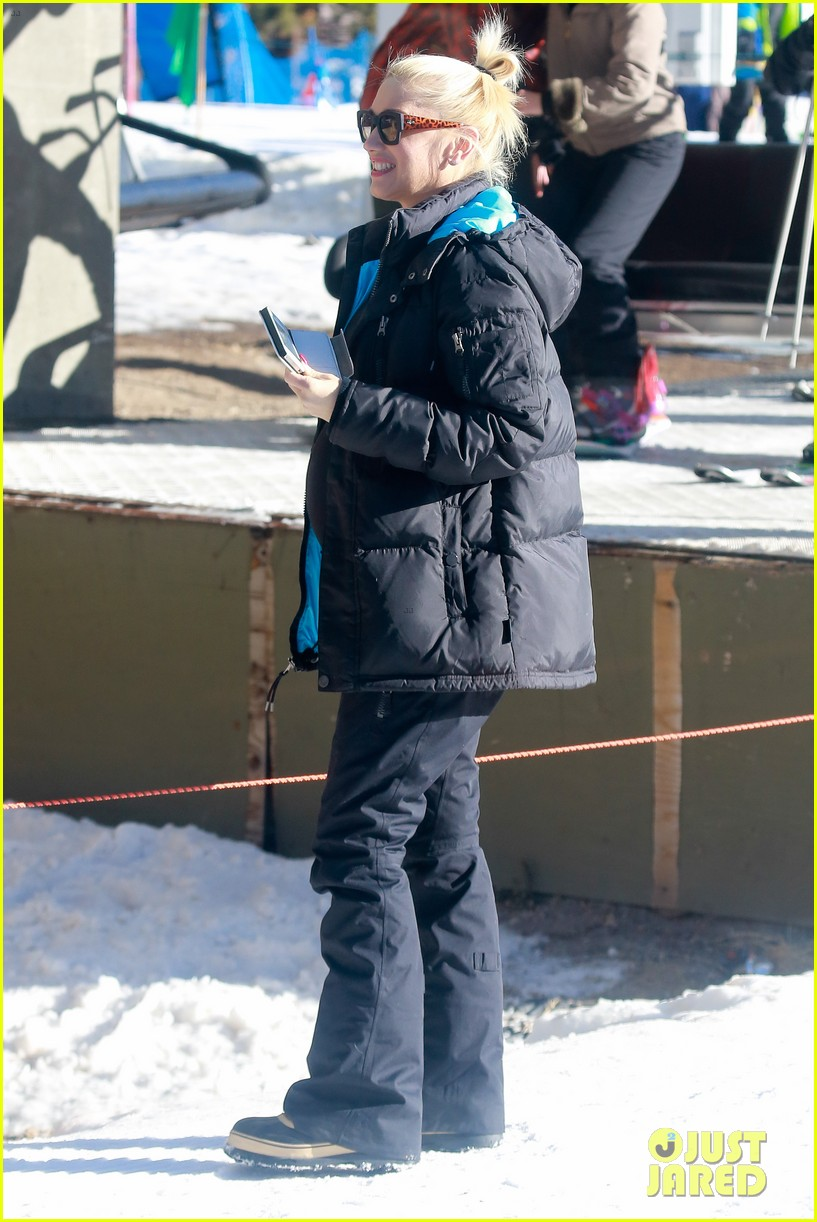 gwen stefani cheers on her boys while they go skiing 15