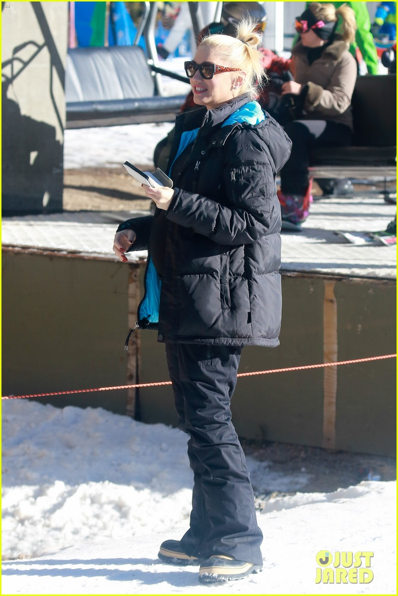 gwen stefani cheers on her boys while they go skiing 17