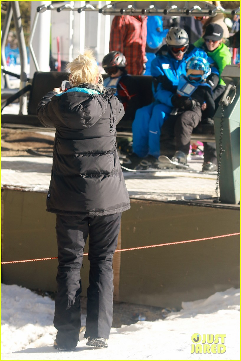 gwen stefani cheers on her boys while they go skiing 18
