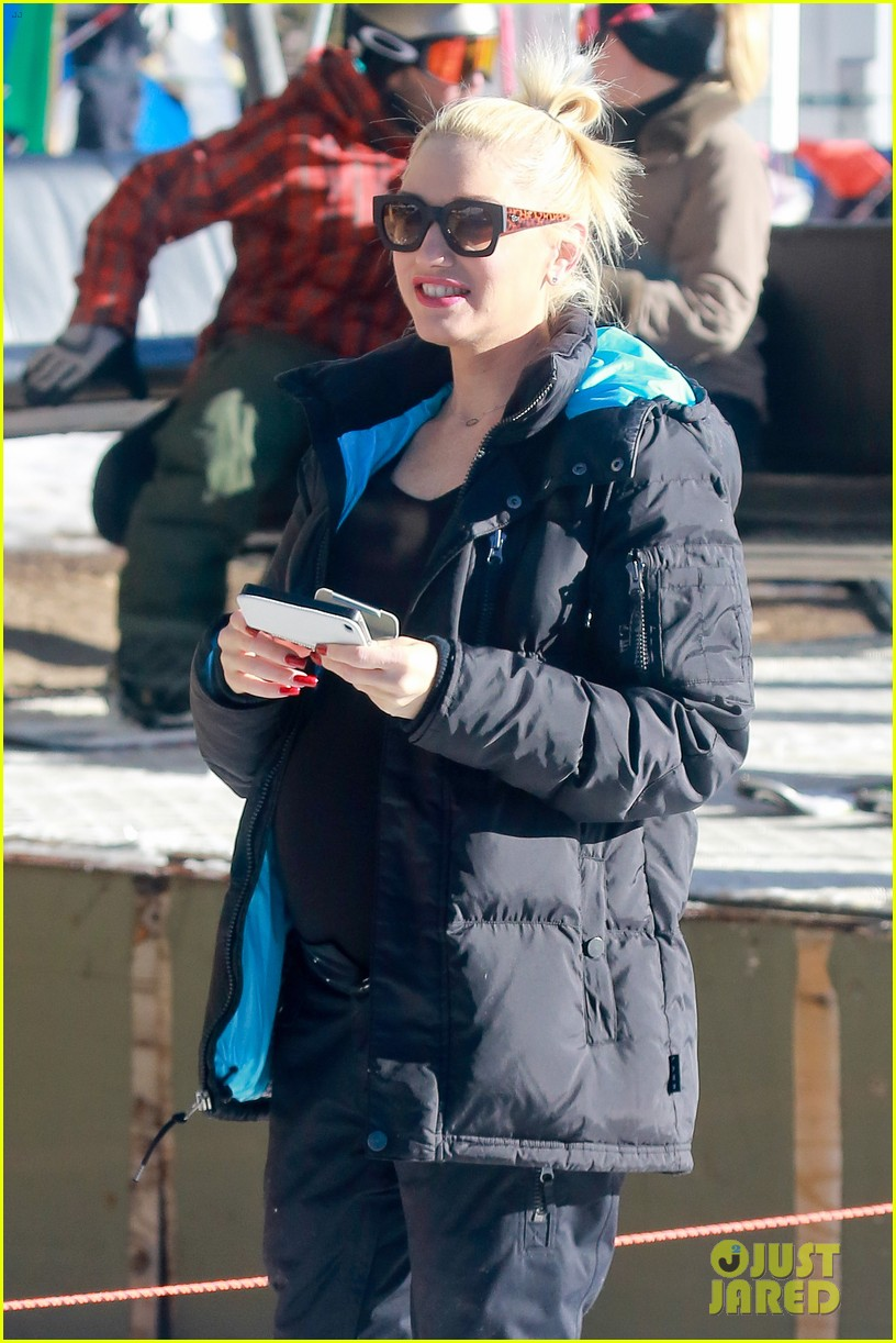 gwen stefani cheers on her boys while they go skiing 203021909