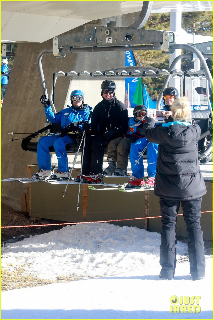 gwen stefani cheers on her boys while they go skiing 233021912