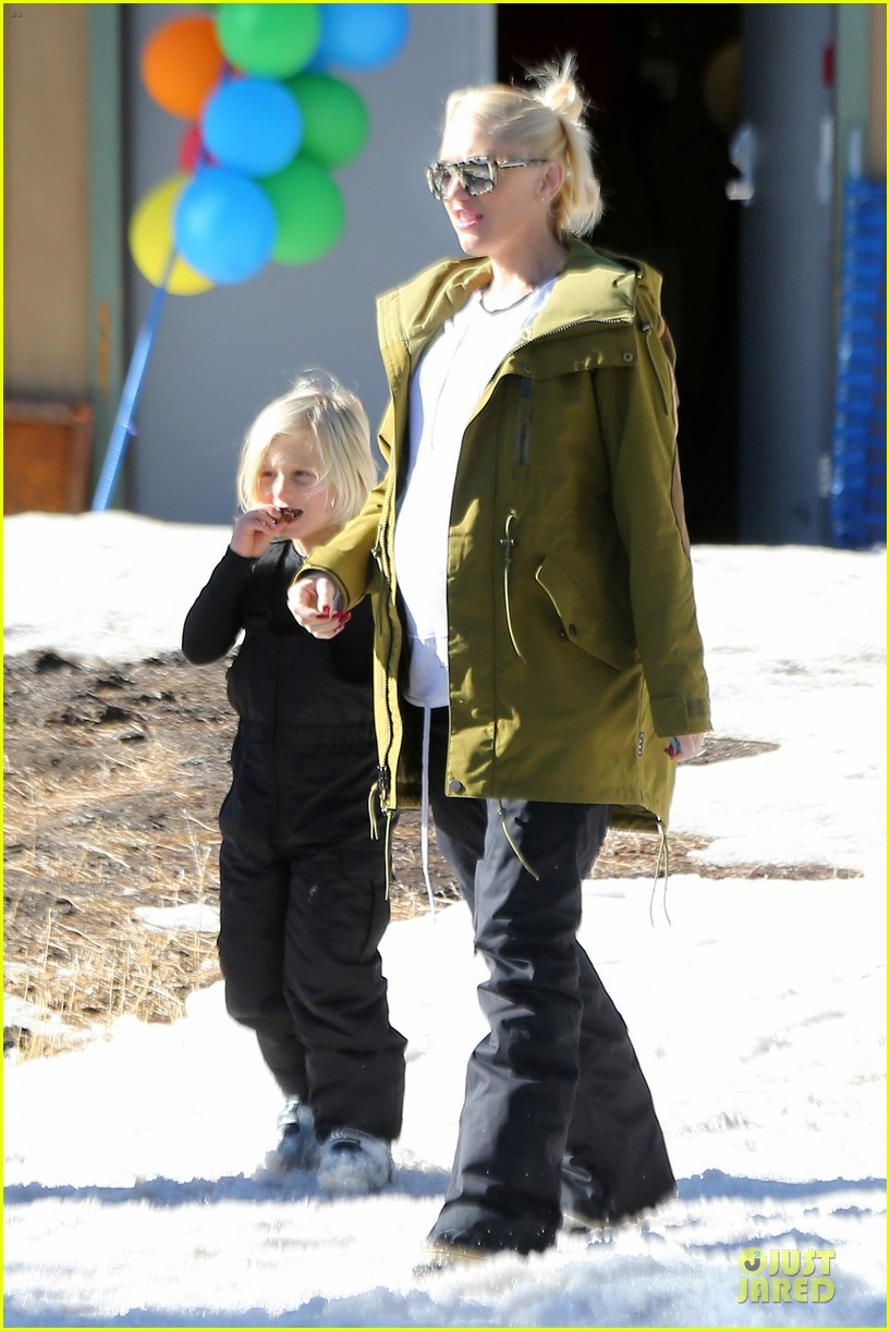 gwen stefani continues snowy mammoth vacation 013022269