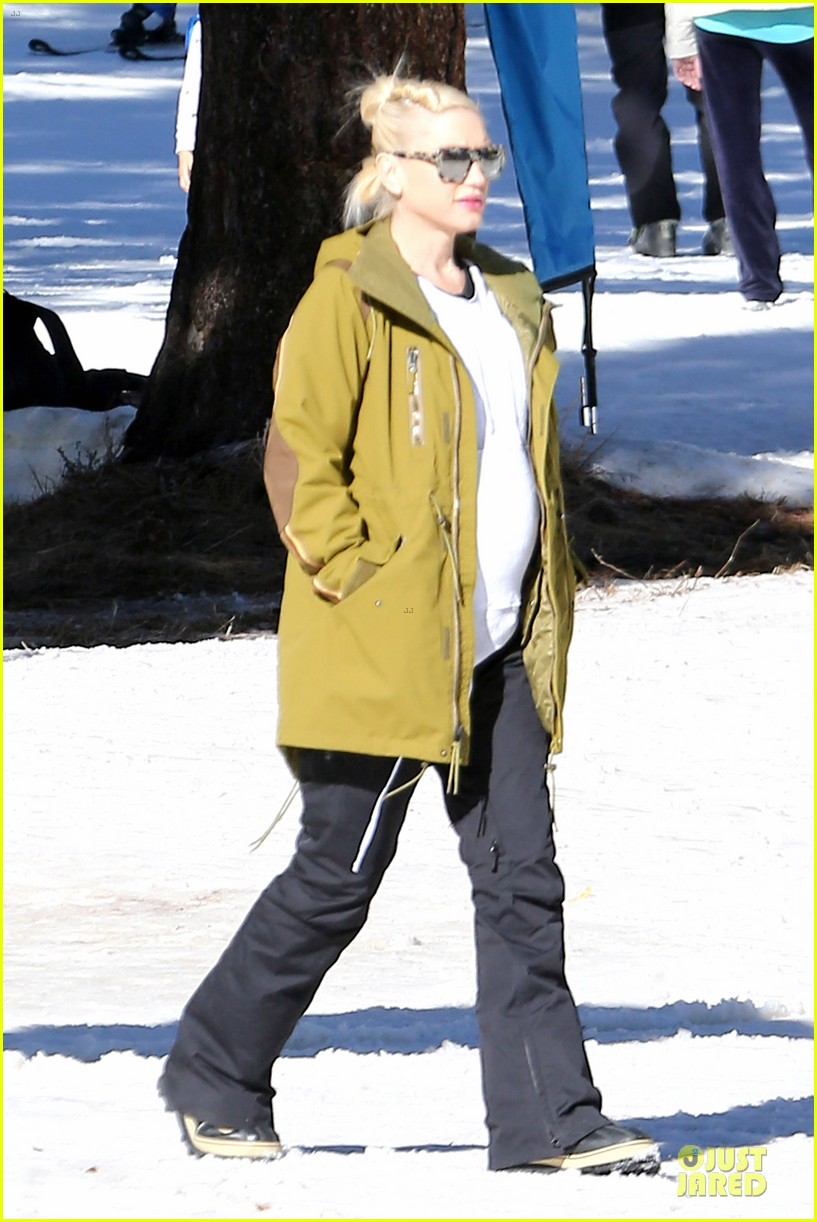 gwen stefani continues snowy mammoth vacation 043022272