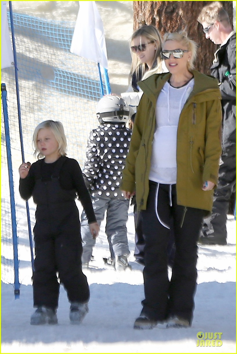 gwen stefani continues snowy mammoth vacation 053022273