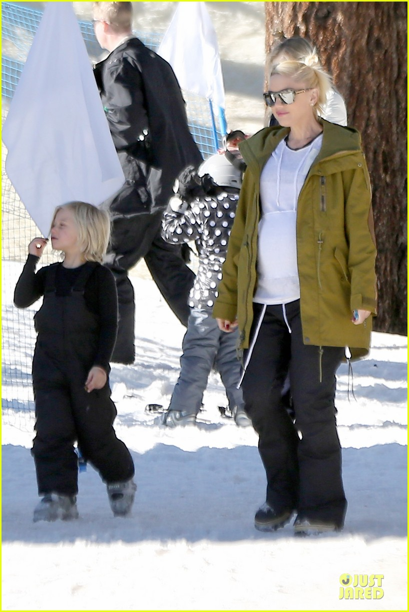 gwen stefani continues snowy mammoth vacation 113022279
