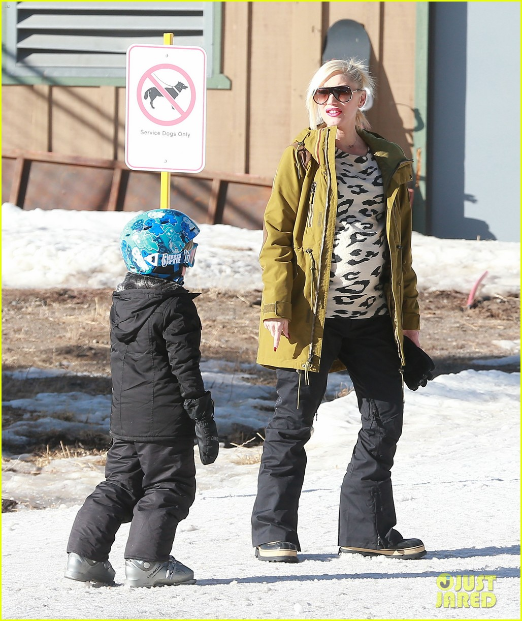 gwen stefani new years day with the family in mammoth 013021411