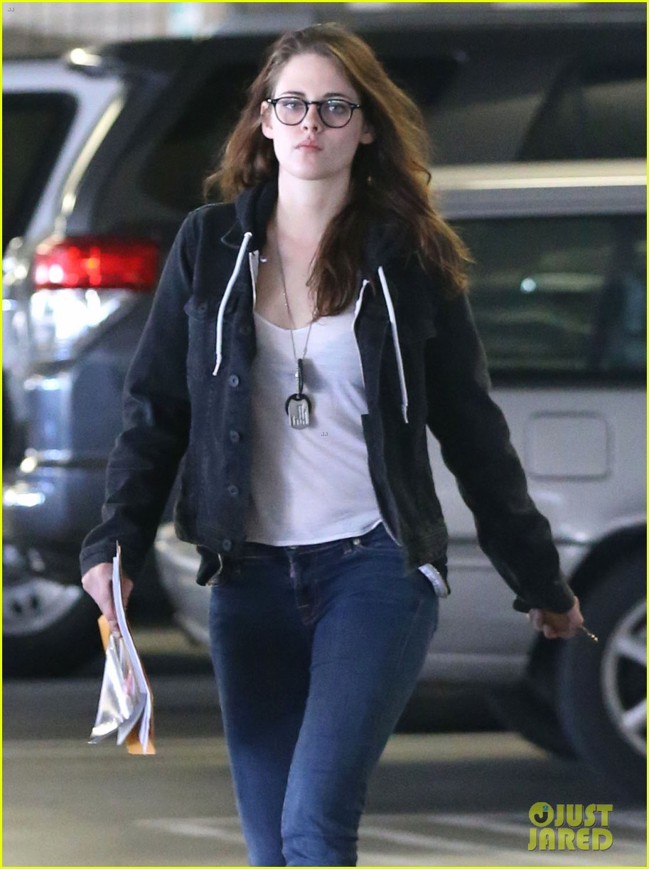 kristen stewart goes to the library with pal tamra natisin 02
