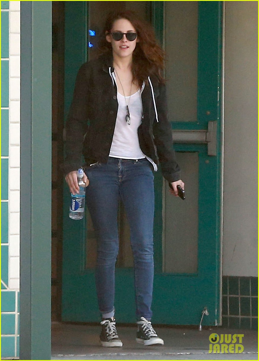 kristen stewart goes to the library with pal tamra natisin 033028204