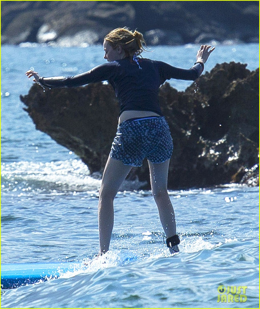 emma stone andrew garfield surf in hawaii 03