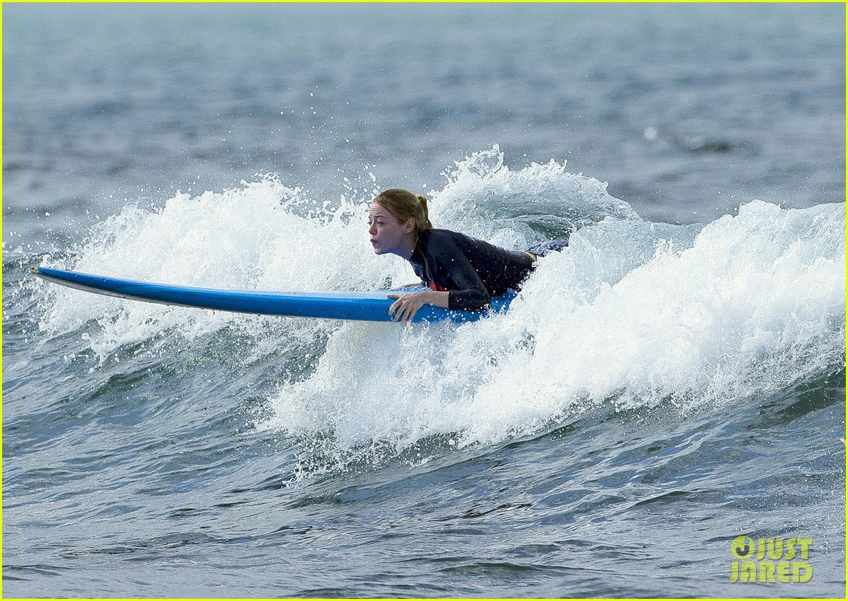emma stone andrew garfield surf in hawaii 28