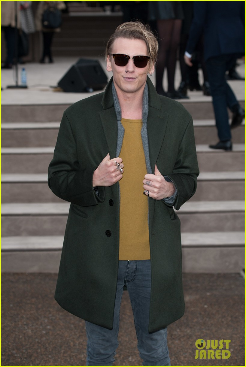 suki waterhouse jamie campbell bower burberry london show 07