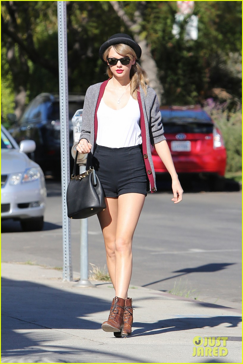 taylor swift shows off her legs for days after oscar snub 113032837