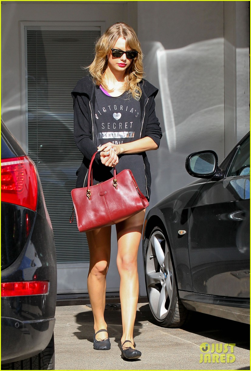 taylor swift shows victorias secret pride at the gym 013023933