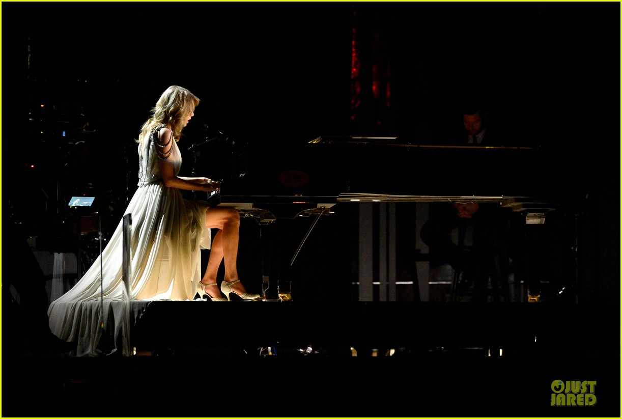 taylor swift performs all too well at grammys 2014 video 073041334