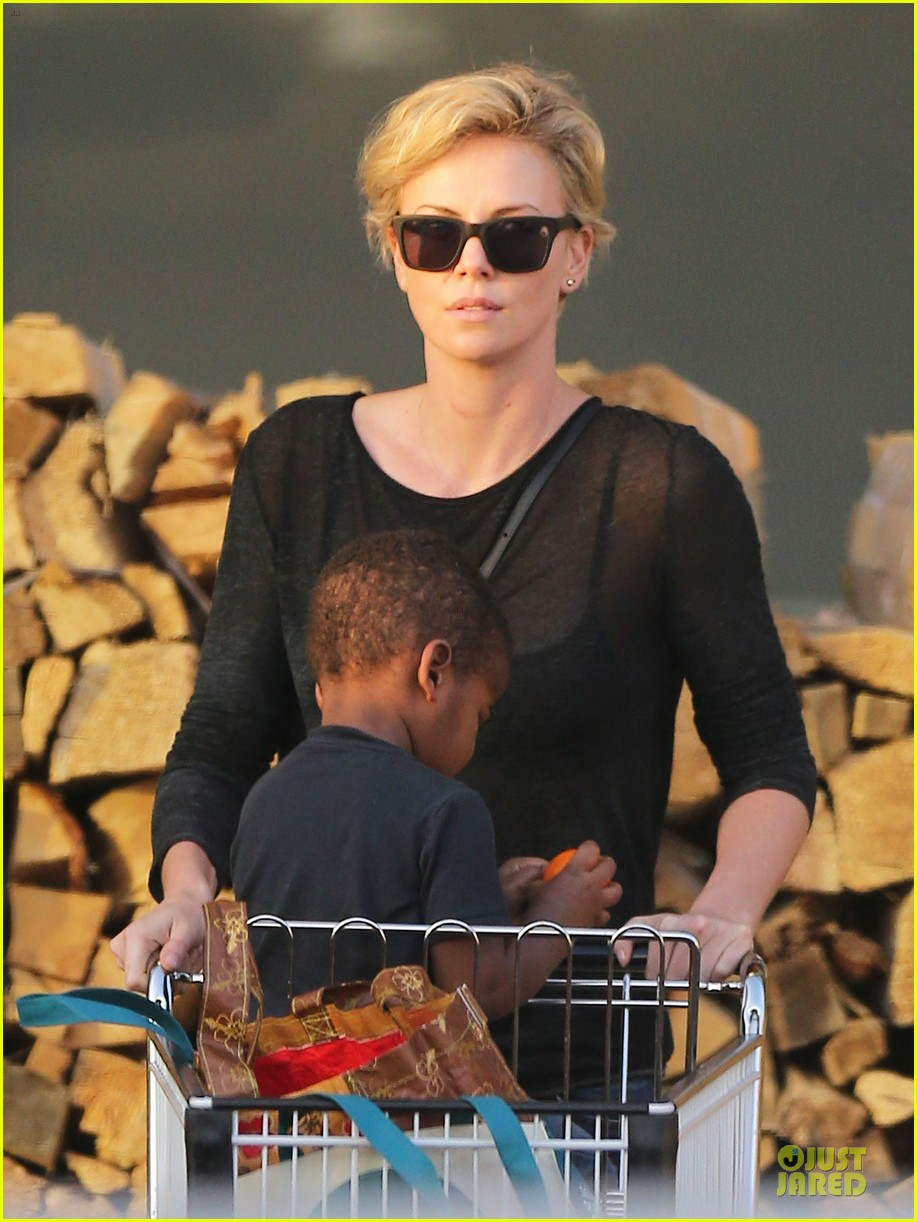 charlize theron sean penn bares her back for sean penn 153038109