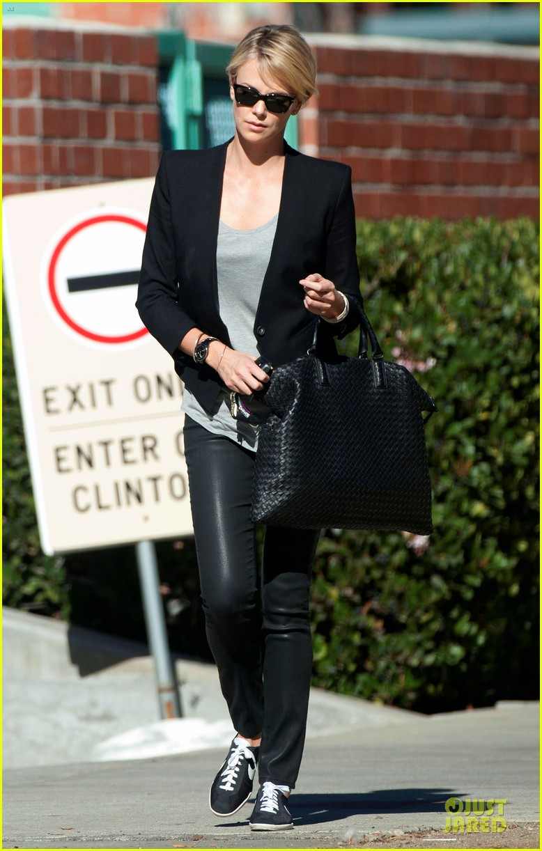 charlize theron hydrated for errands 053031244