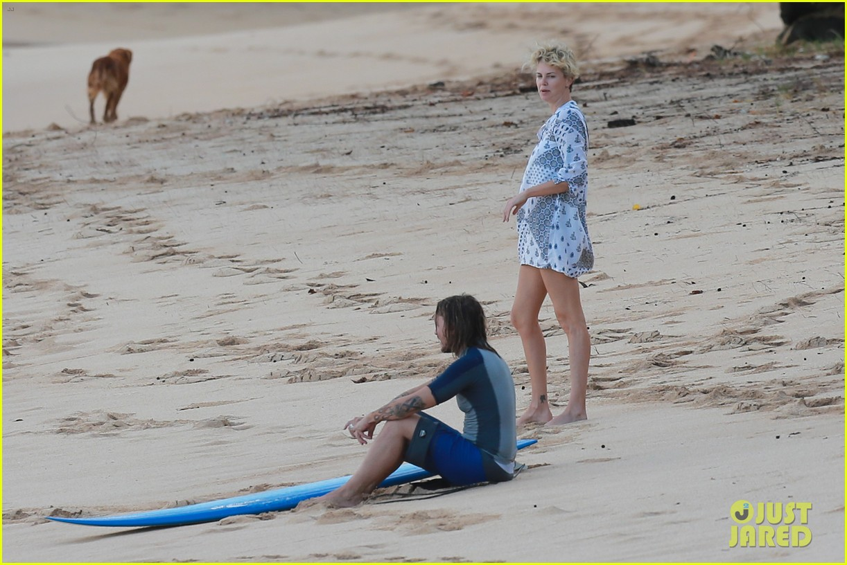 charlize theron sean penn relax on the beach in hawaii 013021726