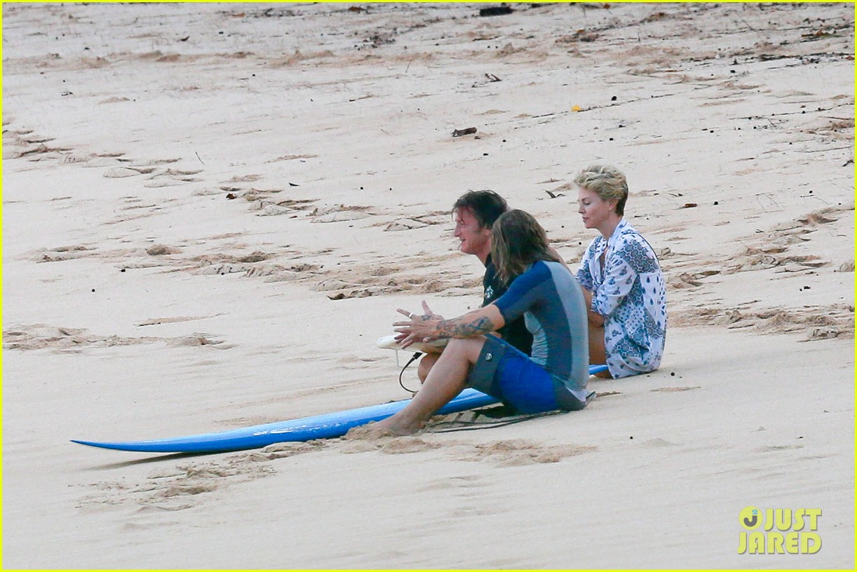 charlize theron sean penn relax on the beach in hawaii 033021728