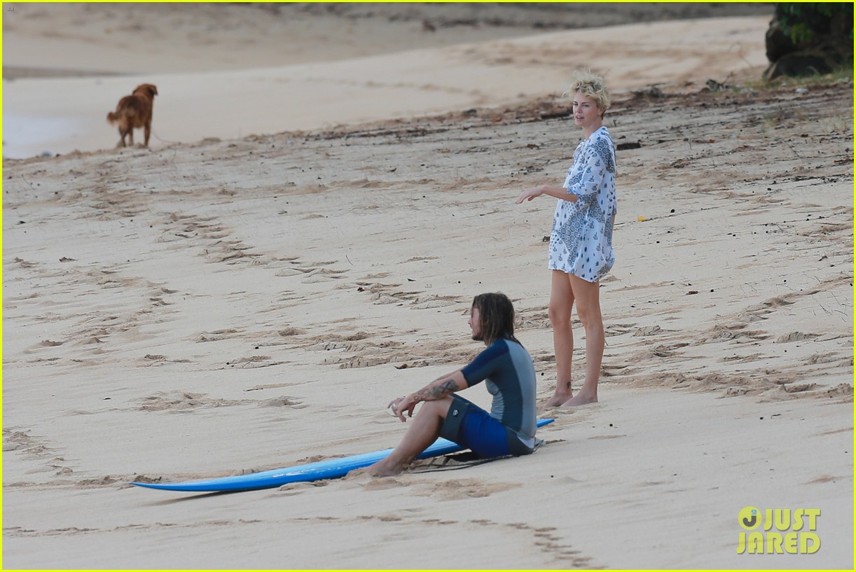 charlize theron sean penn relax on the beach in hawaii 043021729