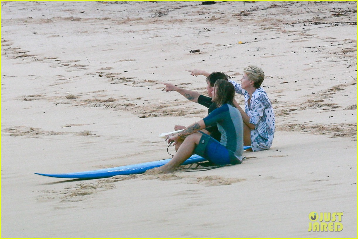 charlize theron sean penn relax on the beach in hawaii 073021732